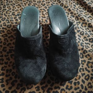 6 UGG Women black clog